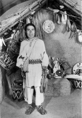 Hombre con indumentaria en la exposición itinerante de los huicholes