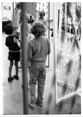 Niños en recorrido por la exposición Eduque jugando