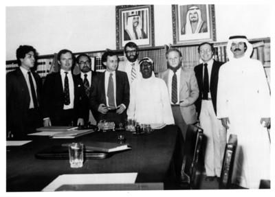 Iker Larrauri y otras personas en el inicio del proyecto misión cultural en Kuwait