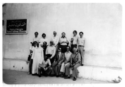 Iker Larrauri con funcionarios del Museo Nacional de Kuwait