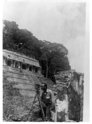 Iker Larrauri en las practicas de campo de la ENAH en Palenque