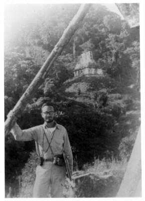 Iker Larrauri en las practicas de campo en Palenque