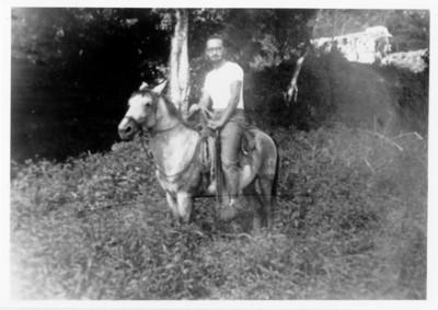Iker Larrauri a caballo durante las prácticas de campo del ENAH en Palenque