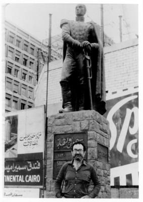 Iker Larrauri frente a la escultura de Simón Bolivar