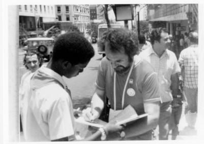 Iker Larrauri con un grupo de personas en una calle pública