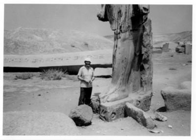 Iker Larrauri junto a una escultura egipcia