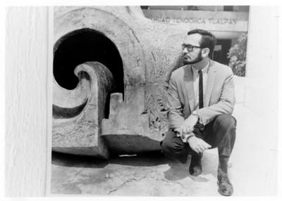 Iker Larrauri frente a su obra en el Museo Nacional de Antropología