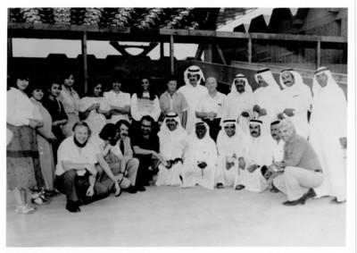 Iker Larrauri y otras personas en Kuwait para llevar a cabo el proyecto misión cultural