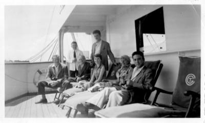 Felipe Lacouture Fornelli y otras personas en un barco