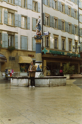 Felipe Lacouture junto a fuente en Europa
