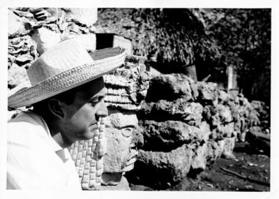Felipe Lacouture junto a escultura prehispánica