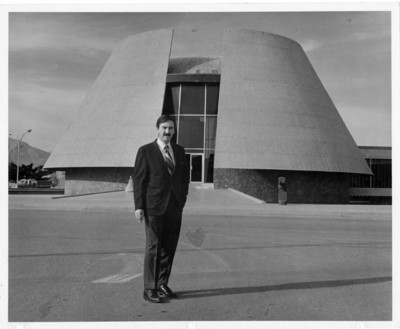 "Felipe Lacouture frente al ""Museo de Arte e Historia de C[iuda]d Juárez"""