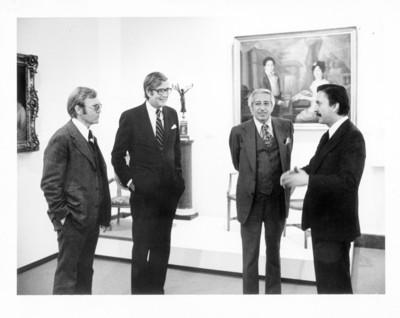 William Luers, Felipe Lacouture y otros personajes en una exposición en el Museo de San Carlos