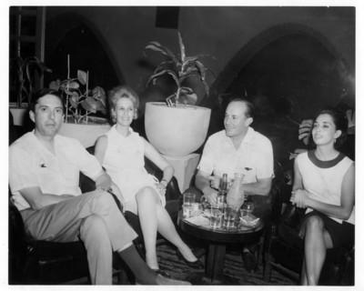 Felipe Lacouture y su esposa con una pareja de amigos
