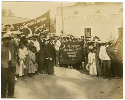 Asistentes a la fiesta de clausura de clases en la Escuela Libre de Agricultura Emiliano Zapata