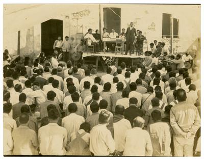 Reunión de campesinos en la conferencia sobre agricultura en Chipiltepec, Escuela Libre de Agricultura Emiliano Zapata