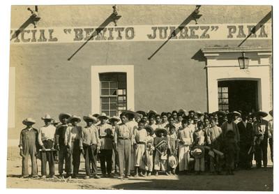 Ricardo Flores y alumnos de la Escuela Libre de Agricultura Emiliano Zapata el día de la clausura de cursos