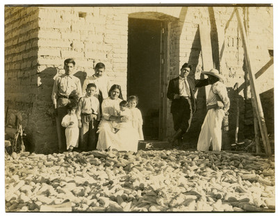 Miguel Delgado y familia ante la cosecha de maíz