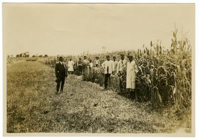 Pandurang Khankhoje y alumnos en el campo de experimentación de la Escuela Libre de Agricultura Emiliano Zapata
