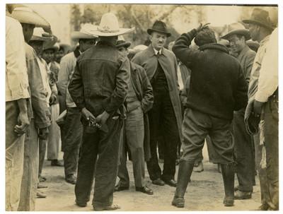 Concurrentes a la fiesta de inauguración de la Escuela Número 2 Emiliano Zapata, en Ocopulco