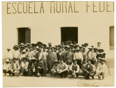 Primera reunión de campesinos en Tocuila, para la creación de la Escuela Libre de Agricultura