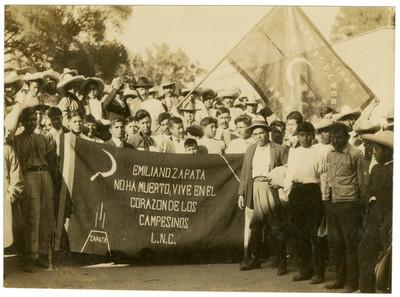 Bandera obsequio de Diego Rivera a la Escuela Libre de Agricultura Emiliano Zapata, Úrsulo Galván al centro