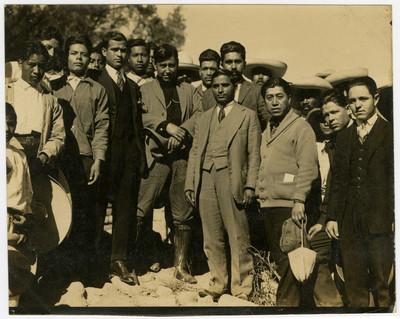 Pandurang Khankhoje, y demás personal de la Escuela Libre de Agricultura con Úrsulo Galván
