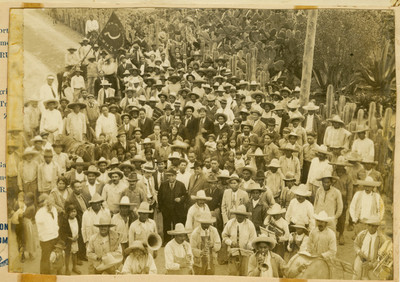 Adalberto Tejeda gobernador de Veracruz y líderes agrarios entre la multitud