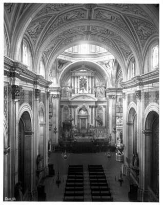 Iglesia de Santo Domingo, altar mayor y vista de la nave principal