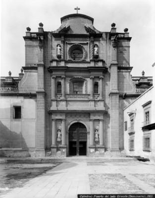 Catedral, portada del lado oriente (seminario)