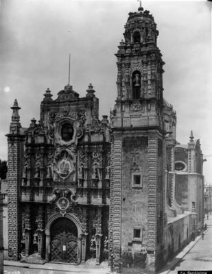 """""""La Santísima"""", fachada principal y lateral"""