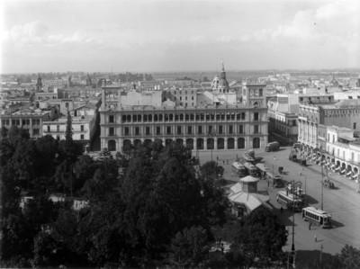 Plaza de Armas vista hacia los edificios del Ayuntamiento y Centro mercantil