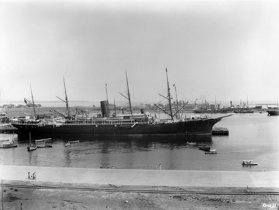 "Barco ""Alfonso XIII"" de Barcelona en el embarcadero"