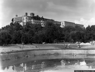 """Trabajadores dan mantenimiento a los prados del """"Castillo de Chapultepec"""""""