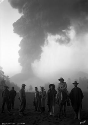 """Grupo de investigadores vulcanólogos acompañados por una guía en las cercanías del volcán en """"Parangaricutiro"""""""