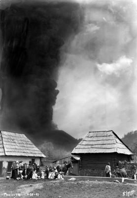 """Pobladores junto a sus chozas durante la erupción del volcán """"El Paricutín"""""""