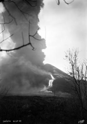 """""""El Paricutín"""", durante la actividad de erupción"""