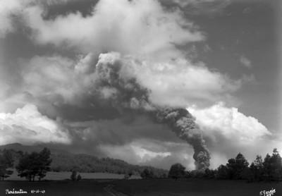 """""""El Paricutín"""", una densa fumarola cubría el paisaje"""