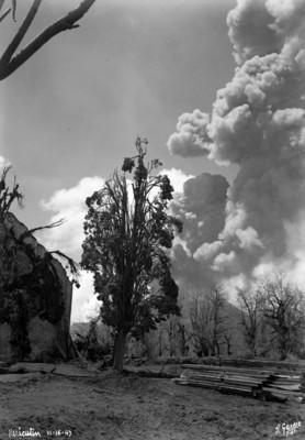 """Fumarola de """"El Paricutín"""" y se ve el aspecto de zona cercana al volcán"""