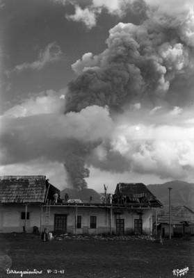 """Pobladores de """"Parangaricutiro"""" retiran la arena volcánica arrojada por el Paricutín"""