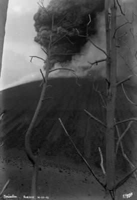 """El Paricutín"""", vista por el lado suroeste, banderín de los """"Peteretes"""