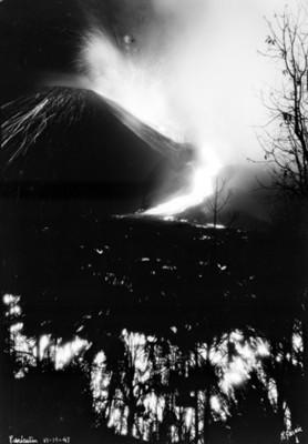 """""""El Paricutín"""" en plena actividad volcánica, toma nocturna"""