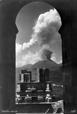 Ruinas de una torre de la iglesia de San Juan tomada a través de un arco del campanario que se salvo de la destrucción