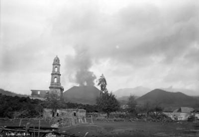 "Iglesia de ""San Juan"" rodeada de material volcánica se observa al Paricutín"