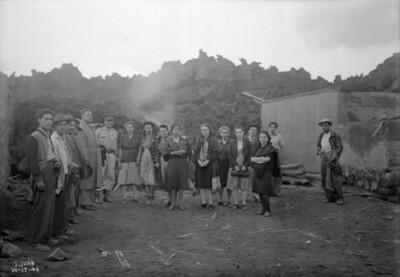 Gobernador del estado Félix Ireta, acompañado de un grupo de personas durante el recorrido por el lugar del desastre