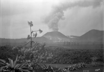 """""""Paricutín"""" y vista de la zona cubierta por material volcánico"""