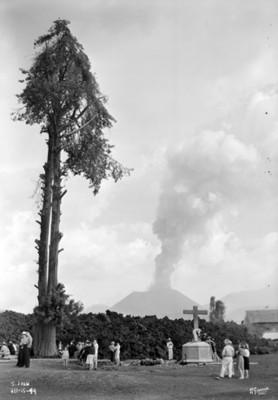 """Gente del pueblo de """"San Juan"""" en el atrio de la iglesia observa el avance de la destrucción por la erupción de """"El Paricutín"""""""