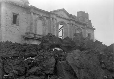 """Iglesia de """"San Juan"""" ruinas, totalmente rodeada de material volcánico"""