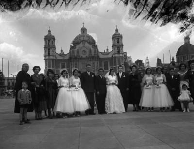 Novios y familiares en el atrio de la Basilica de Guadalupe, retrato de grupo