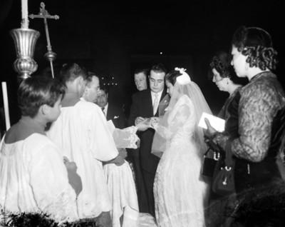 Sacerdote oficia ceremonia matrimonial